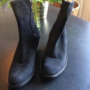 Fed sort støvle, kun gået med i lejligheden i håb om at jeg blev forenet med dem. Det skete aldrig! 9 cm høj hæl, som kan hæres når man kommer gående...