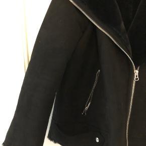 Blød shearling jakke fra H&M.