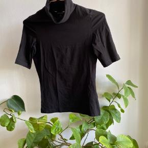 Tshirt med rullekrave og lidt længere ærmer.