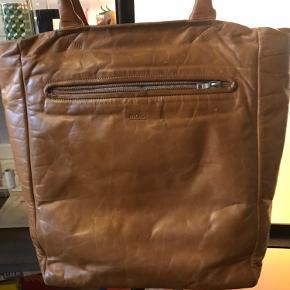 Super lækker læder taske i cognac farve. Købt i apair. Nypris 3000kr Bytter ikke.