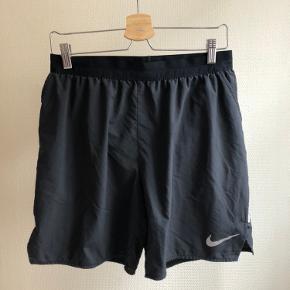 Løbeshorts fra Nike Brugt en smule til træning, men stadig i rigtig fin stand