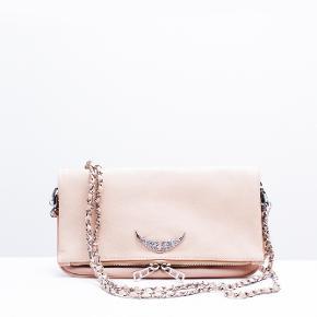 Supe fin og sød Zadig & Voltaire taske.  I rigtig god stand, og ingen store tegn på slid eller brug  En fin nude/lys lyserød farve, der gør tasken mere unik og speciel, og det jo altid sjovt :-)