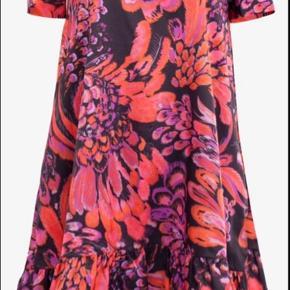 Virkelig fin kjole fra Baum und Pferdgarten. Den er brugt 2-3 gange.  Nypris var omkring 1.500 kr. 🌸