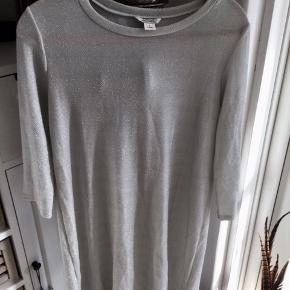 Flot lysegrå med sølvglimmer tunika bluse brugt 1 gang.