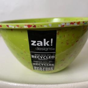 Lime grøn skål fra Zak Designs (købt i UO) Højde ca 9–9,5 cm og bredde ca 14 cm. Sælges for 55 pr styk eller begge 2 for 100 plus Porto. (Har 4-6 stk ubrugte med mærke / tag i alt)