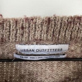 Lækker strik fra urban outfitters!   Byd endelig! 😊 Køb flere ting, så deler vi gerne fragten 🥳