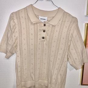 Her er en super flot t-Shirt strik og med fint mønster. Den er kun brugt enkelte gange, så derfor sælges den