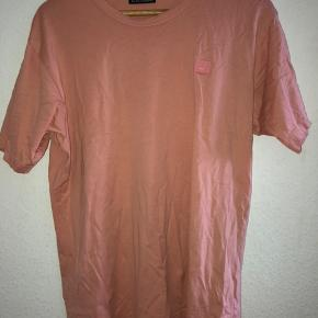 Ny pris: 800kr. Min pris: 600kr, men byd gerne.  T-shirten er en størrelse L og fitter M/L.  Den er brugt få gange, men der er intet tegn på slid.  Køber betaler fragt.