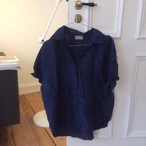 Silke skjorte, hvor ærmerne er syet op med fold. Godt krøllet og brugt - men ok stand.