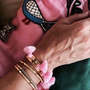Sælger alle 4 smykker på bakken   Sælger nye smykker fra Marte Frisnes  Nypris 1400kr Belagt med 24k guld på sølv og er håndbanket   Sælger også det guld armbånd i en anden annonce   #30dayssellout  Tassels er i farven Bubblegum