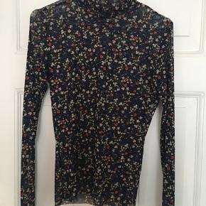 OBS str XS/S! Blomstret trøje, 'see through' Mærket er Frakment (købt i enten Vero Moda eller only.. hvis jeg husker rigtigt) 🍁🍁