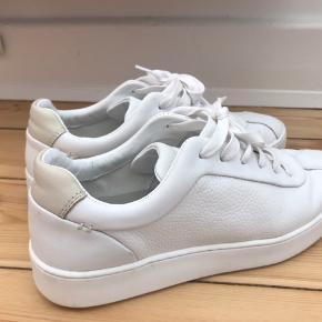 Elegante hvide sneakers i en rigtig god stand. Brugt få gange!