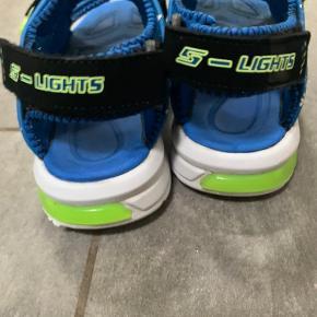 Mega fine sketchers sandaler med lys. Købt i 2019 til 500kr brugt 1 sæson...