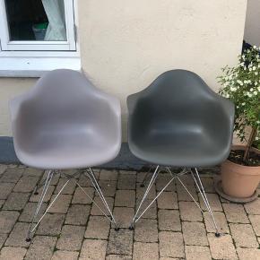"""To flotte grå DAR Eames stole i god stand - primært anvendt som """"pynte stole"""". Kvittering haves - købt i Illum bolighus.  1800 kr pr styk  Samlet - 3500"""