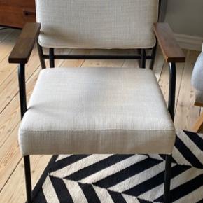 Fin lænestol med armlæn i træ, metalstel og lyst betræk i stof.  Kan hentes på Frb eller leveres i Kbh mod gebyr