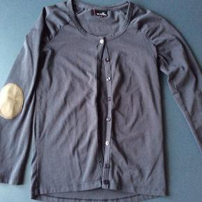 Gråblå tynd cardigan med effekt på albuer. Brugt en gang.  Skulder og ned 54 cm Indv arm 39 cm Brystvidde 37*2 cm
