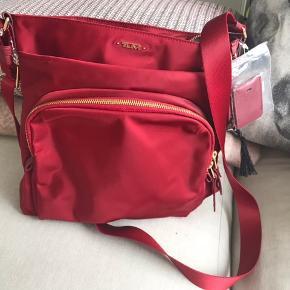 Flot og lækker taske fra det Amerikanske luksus brand TUMI 🇺🇸 Aldrig brugt - smuk rød farve.