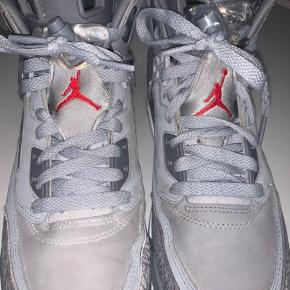 Nike Air Jordan Spizike Wolf Grey. Skoen er købt i New York i Foot Locker for et par år siden, har dog ikke brugt skoene specielt meget. Den kommer ikke med box da boxen ikke kunne være i kufferten.