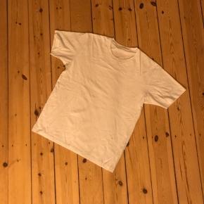 Hvid tshirt fra Uniqlo. Er en str. L men lille i størrelsen. Rigtig som basis top 🌼