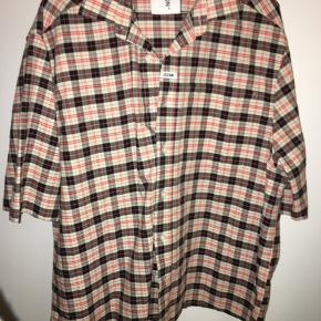 Sælger denne fede unisex skjorte fra Collusion købt på Asos. Det er en forholdsvis stor str. S