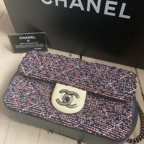 Meget smuk mini flap Chanel taske i en blanding af canvas og læder. Købt i Paris for 3 år siden. Brugt ganske få gange og har ikke en eneste tegn på brug.   Alt medfølger. Kvittering, æske, dustbag.   Np. 16.500 kr  Mp omkring. 11.000 kr  Sender gerne flere billeder ved oprigtig interesse.