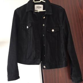 Sort denim jakke fra Zara🌸 Brugt få gange, men står som ny🌸 Str M, men kan også passes af en S, da jeg ønskede den lidt oversize🌸 Nypris 400,- 🌸