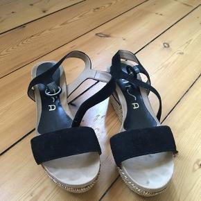 Fine kilehæls sandaler fra Unisa. Brugt få gange. Str. 39. Spørg for flere billeder! Sælges billigt!