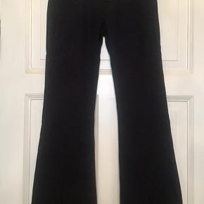 Fine jeans fra Red Valentino med logo V'er på lommerne. 94% cotton og 6% elasten.  Str. 28. Brugt men fremstår i pæn stand uden huller, pletter, fnuller eller lign. Bemærk venligst at et af V'erne mangler en enkelt lille simili sten og at bukserne er lagt op. Passer en dk 36 38 . Men tjek venligst mål for en sikkerhedsskyld.  Talje: 38 cm på tværs + lidt stretch. Udvendig benlængde: 100 cm. Indvendig benlængde : 78 cm. Søgeord: navy jeans denim bukser flade svaj vidde Valentino