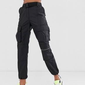Bershka cargo / utility trousers med bælte. Kun brugt en gang. Kom gerne med bud. Sendes hvis køber betaler