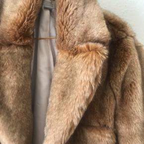 Super lækker, og blød, faux fur jakke fra h&m.   Den har aldrig været i brug. Den er ret lille i størrelsen, så den passes bedst af en small/medium  Den har tre hasper foran, som holder den godt lukket. Dejlig lun, og helt perfekt til foråret ☀️  Kan sendes med dao, for købers regning, eller afhentes i Århus C efter aftale ✨🚀