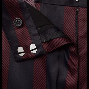 Super lækkert sæt bukser og skjorte/bluse. Lækker kvalitet og brugt i 3 timer. Begge dele str. 38.