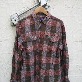 """Patagonia skjorte i rigtig fin stand. Modellen hedder """"fjord"""" og materialet er økologisk bomuld. Str er M, hvilket passer perfekt til mig (185 cm)."""