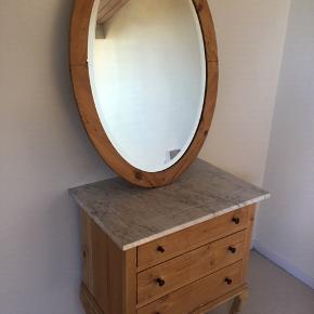 Kommode, fyrretræ, b: 70 d: 47 h: 78  Kommode m. marmor og facetslebet spejl  Gamle fyrretræsmøbler.. Kommode med marmorplade og Facetslebet spejl. En sort knop er knækket. b: 70 d: 47 h: 78  Sælges samlet