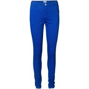 Lækre koboltblå slim jeans i den populære wonder-model (70% bomuld/29% polyester/1% elestan). Str. 30/34  Mål Talje: 41cm Numse: 47cm Lår: 26cm Indvendig benlængde: 82cm