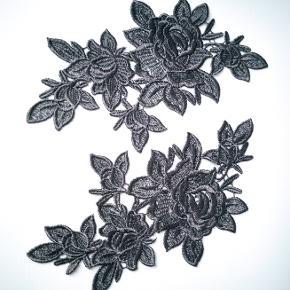 3 par sorte broderede blonder, der kan applikeres på tøj. Altså 6 blondestykker i alt. De er spejlvendte i blomster mønsteret. Måler 24 x 14 cm hver. Også kaldet Venise blonde og guipure blonde.