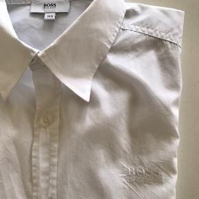 Skøn klassisk skjorte i crisp bomuld    Broderet logo på bryst   Fra 100% røgfrit miljø  Se gerne min profil for flere designervarer