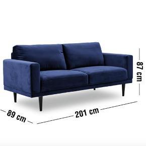 Jeg sælger min skønne Mexico 3. pers. sofa fra Ilva. Den har en skøn farve, kunne ikke være mere comfy. Den er købt 30/6-20 OG FREMSTÅR HELT NY - jeg har også kvitt.  Målene fremgår på billederne.