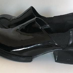 Mega seje ankel støvler. En blading af shiny og alm. læder. Str. 36, som passer en stor 36 eller lille 37. De er brugt nogle gange, og har derfor lidt ridser og slid på hælen (se billede). Jeg kan også sende flere  billeder, hvis det ønskes. Pris sat derefter.  Jeg er åben for bud :)