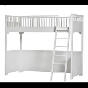 Super flot seng fra Oliver Furniture. God plads under sengen til hyggekrog, hulestemming eller opbevaring. Sengen sælges med madras. I flot stand med enkelte brugsspor.  Mål: H. 176 x B. 97 x L. 207