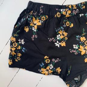 Blomstrede shorts fra H&M i str. 46 ☀️  Aldrig brugt.