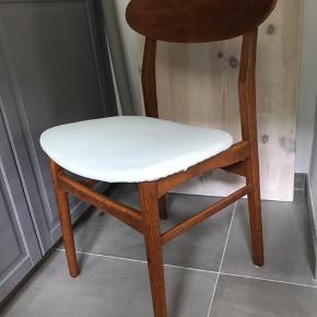 3 fede teak stole monteret med mint stof. Alm brugsspor - har fået teak olie pris pr. Stk. Kan bringes til København