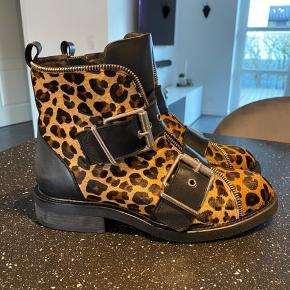 Super fed leopard støvle, kun brugt tre gange ... Standen er som ny...  prisen er fast... Bytter ikke... køber betaler fragt...
