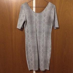 Kjole fra Weekday str M, brugt få gange.  Ærmerne går ca ned til albuerne. Det tredje billede viser ryggen, der er skåret dybere.