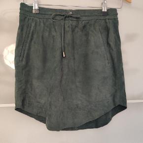 Læder nederdel fra Second Female. Har ribkant og snor i taljen.