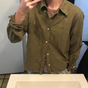 """Ralph Lauren skjorte, selve skjorten er lidt kort i det og fitter oversize.  Jeg har købt den i str XL, for at få den i ca normal længde, men stadigvæk oversize i fit.  Kan fx bruges som en """"tynd"""" overtrøje/jakke.   Jeg er xs-m i overdel."""