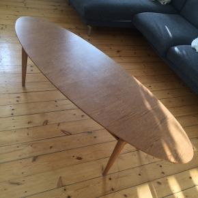 Sofabord. Godt brugt med enkelte ridser i bordpladen (se billeder)  Ukendt materiale.   Afhentes på Vesterbro