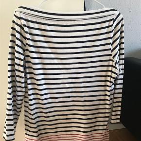 Varetype: Bluse Farve: Beige Kvittering haves.  Burberry bluse med 3/4 ærmer og bådudskæring navy/rød stribet. Længde 68cm ærmegab til ærmegab 50cm  Køber betaler fragt med DAO og ts   BYTTER IKKE