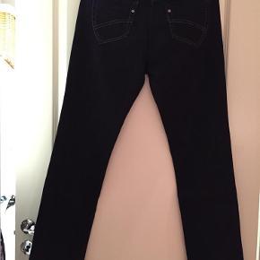 Varetype: Jeans Størrelse: 30/32 Farve: Blå Prisen angivet er inklusiv forsendelse.  Bytter ikke