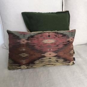 2 Sofapuder med fyld fra BoConcept. Den mørkegrønne er i uld