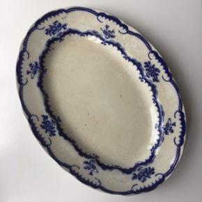 Lille svensk fajance fad fra serien 'Paris' fra Gustavberg, 25.5 cm. Stellet blev produceret 1918-1938